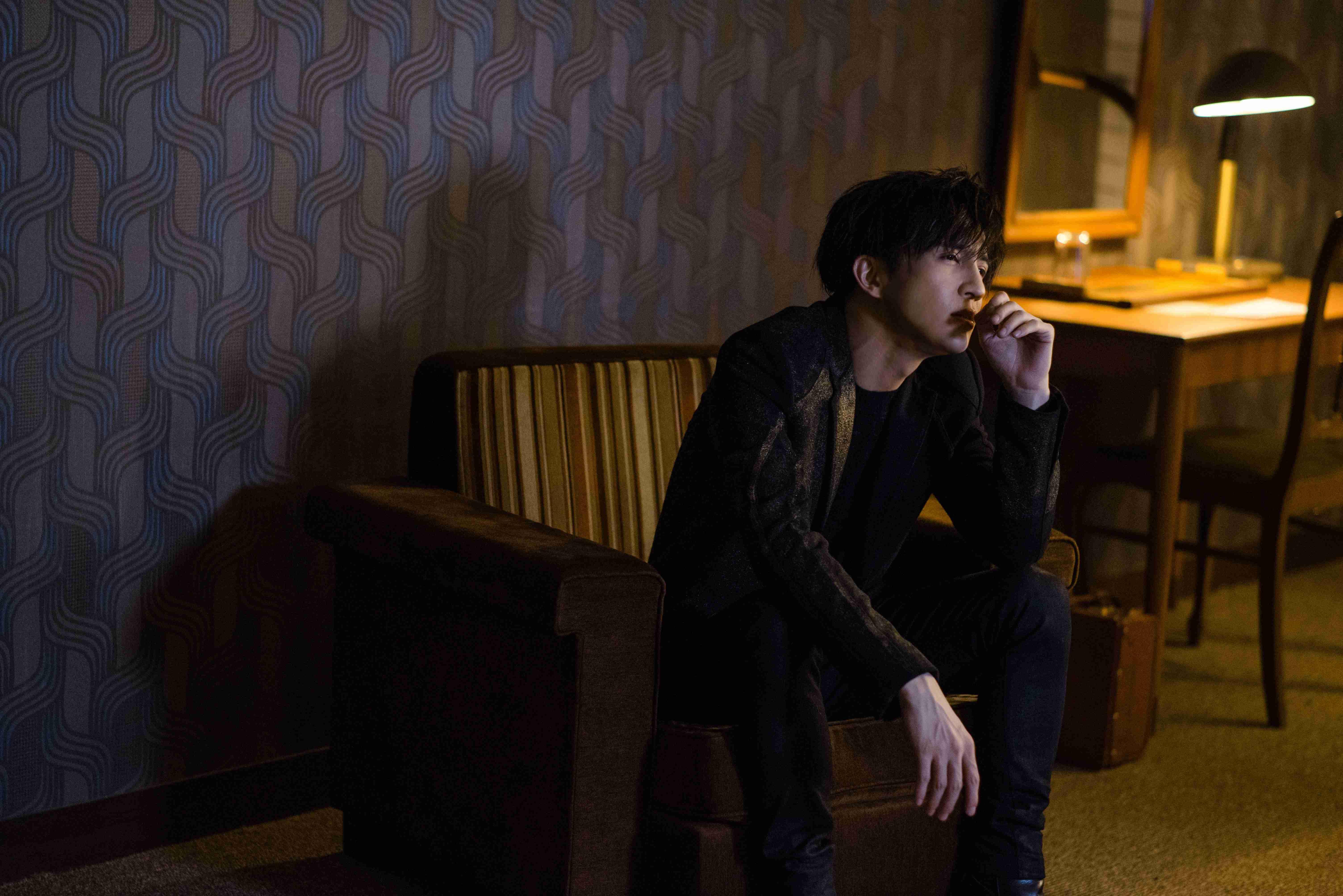 薛之谦都市寓言情歌《骆驼》MV首发 直面孤独与从众的艰难抉择