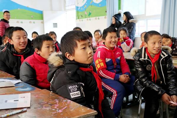好声音学员谭秋娟Tiger暖冬行动 在山区为孩子弹唱教学超暖心