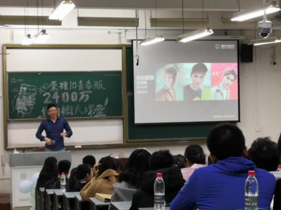 """""""朱正廷""""竟然出现在大学课堂上,还是自拍课的""""课代表""""!"""