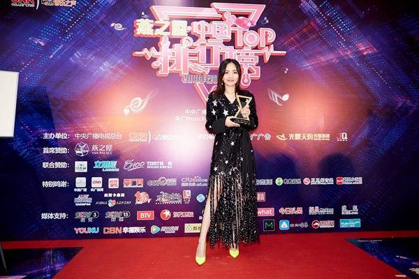 """刘惜君亮相中国TOP排行榜颁奖礼 荣获""""音乐之声推荐歌手""""并透露新作惊喜"""