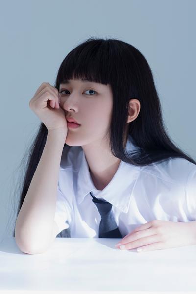 赵露思解锁齐刘海新发型 高冷气质展别样个性