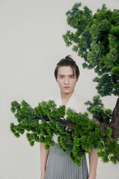 演员刘亦城曝古风写真 隽意舒朗尽显古装风骨