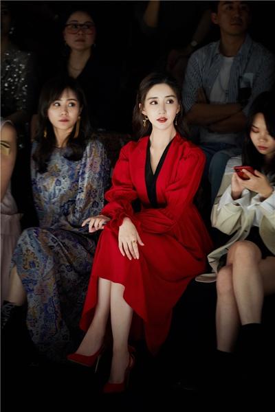 陈欣予亮相上海时装周 长裙飘飘仙女范十足