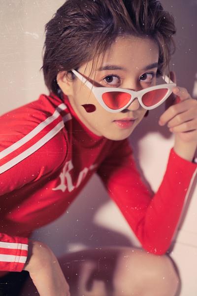李凯馨曝质感胶片写真 复古猫眼镜框俏皮时尚
