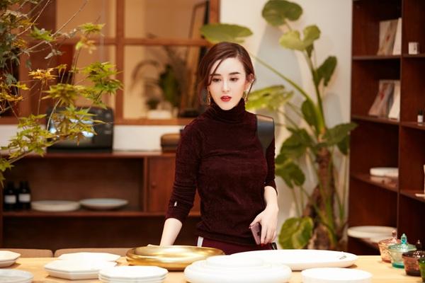 导演刘竞着素色毛衣尽显曼妙身姿
