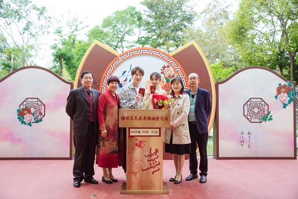 《婚前21天》刘泳希李嘉铭民政局领证 双方父母陪同