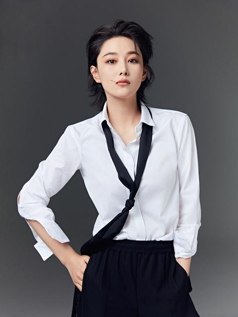 """又飒又A!张馨予背头短发大片释放""""焱人""""魅力"""