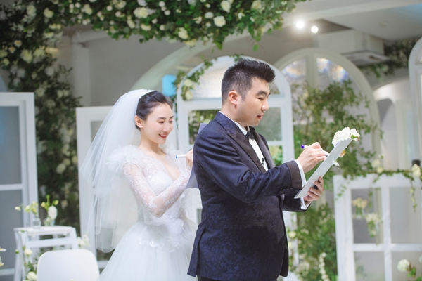 """《婚前21天》何雯娜梁超举办云婚礼 女儿""""超可爱""""呆萌现身"""