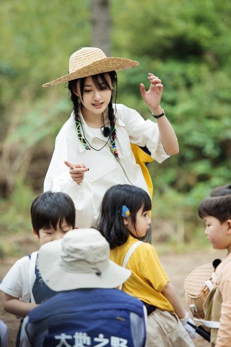 《奇妙小森林》郑爽草帽造型带娃 彩绳编发少女感十足
