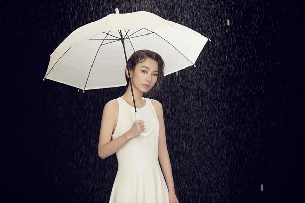 田馥甄《一一》MV上演雨中现代舞 旋转镜台引领乐迷观看人生百态