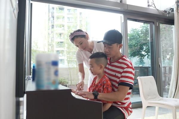 应采儿陈小春教jasper弹钢琴,三人同框画面超温馨