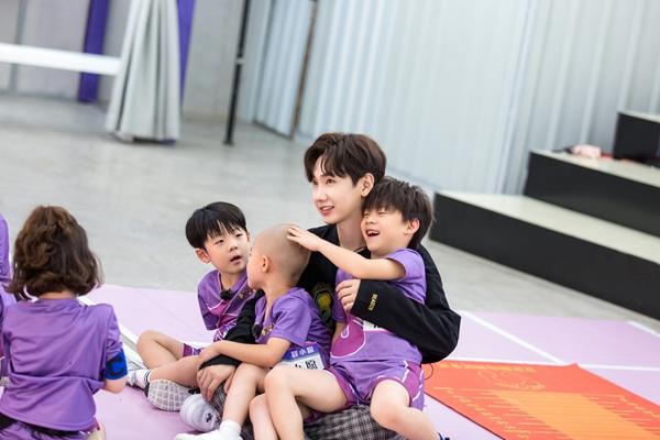 《小巨人运动会》陈立农汪苏泷化身孩子王 在运动场上玩闹童心满满