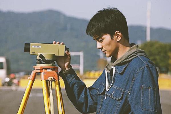 电影《郊区的鸟》展映 邓竞饰演工程师蚂蚁坚毅又踟蹰