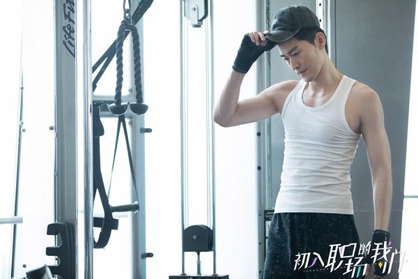 张翰穿白色汗衫健身状态极佳,尽显好身材散发荷尔蒙气息